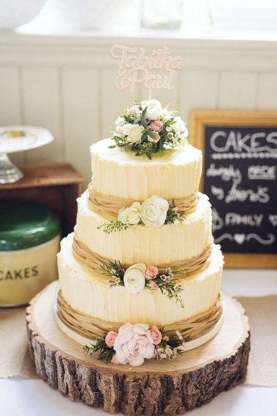 Свадебный торт украшенный кремом