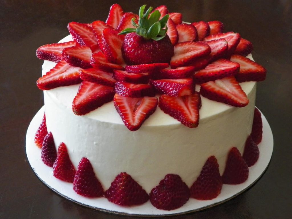 торт с цветком из клубники