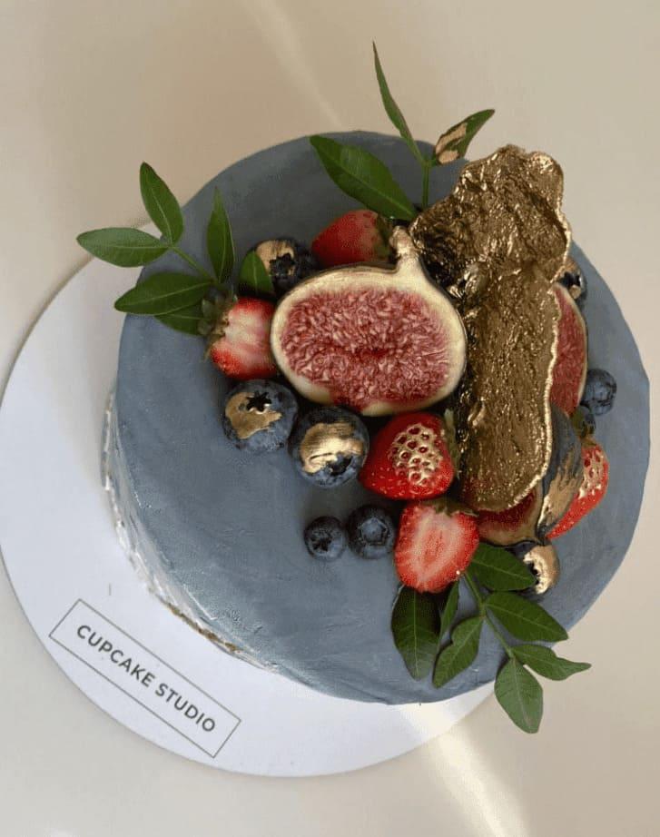 Декор торта фруктами и листьями