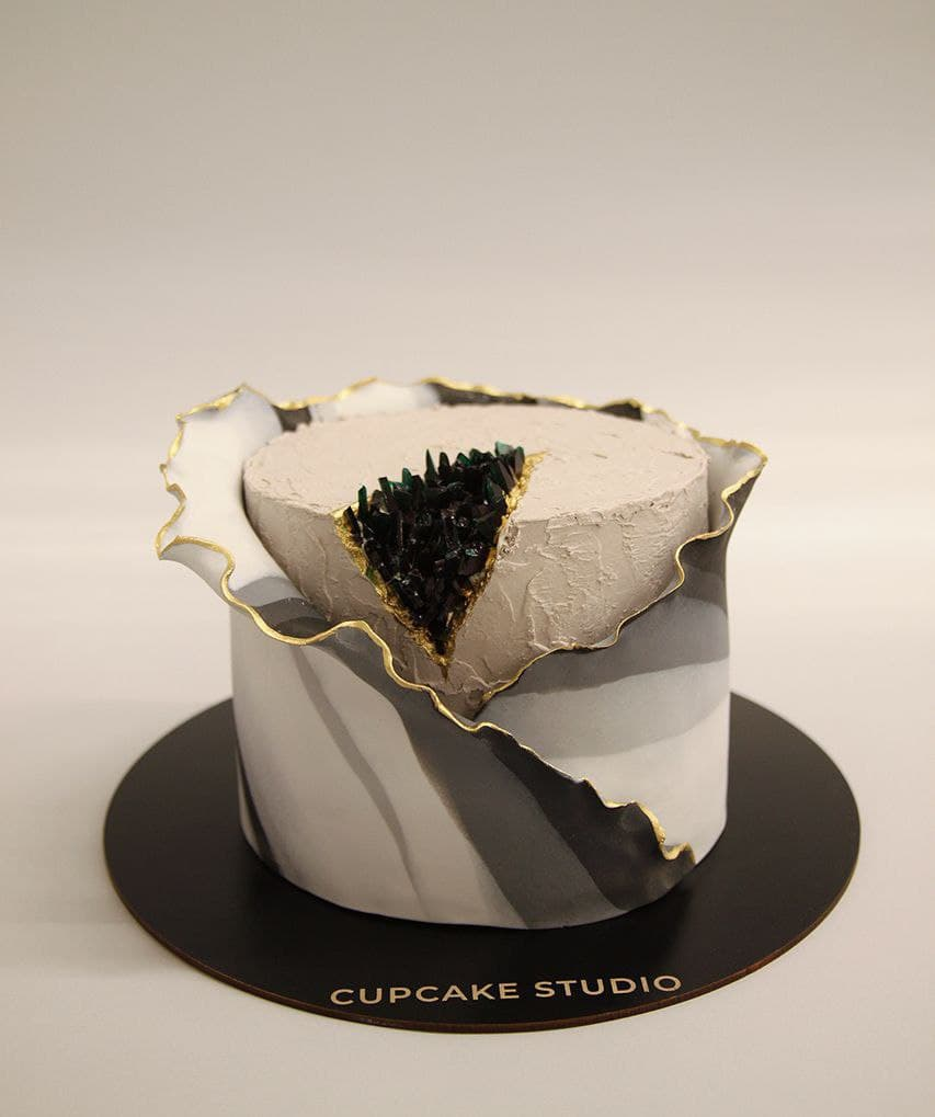 Торт праздничный с кристаллами