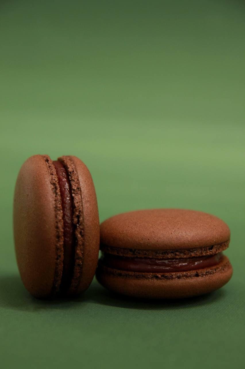 Макарон с шоколадом и малиной