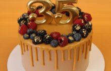 Торт с карамелью и ягодами