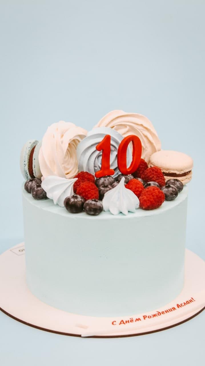 торт с безе и ягодами